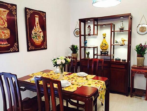 运用业主旧屋原有的收藏品,如唐卡、木雕花、挂画之类的旧物件,营造出中式韵味。