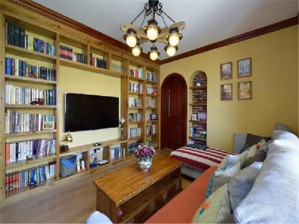 从放满了书籍的大书架,到随手摆上物件的壁龛,再到四小幅装饰画,也是一种别开生面的过渡搭配。