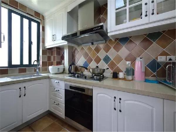 厨房双开移门使用了通透的栅格+玻璃样式,橱柜和墙砖也都带有复古田园的风格。
