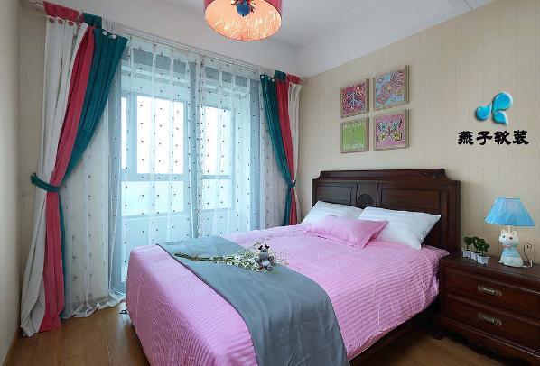 绒布拼接窗帘,木质组合挂画\  中式家具的厚重,简洁硬朗的装饰将卧室的质感和张力进行提升。