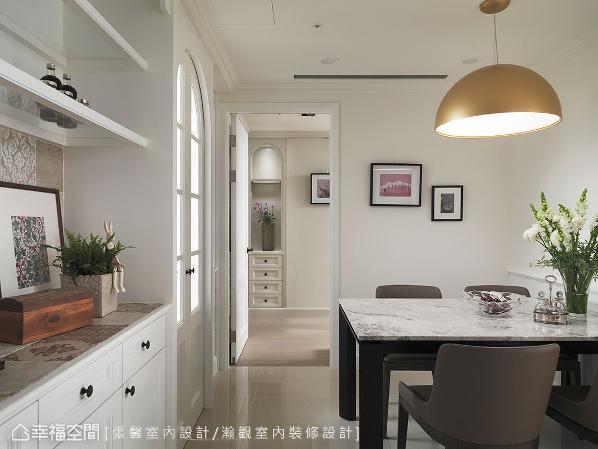 随着端景柜将客厅的现代感,过渡到餐厨区的美式古典,考虑到家人虽然每天开伙,但停留于餐厅的时间不长,因此客变时就将空间留给使用时间较长的主卧,在简单小巧的餐厅加入些微乡村元素,围塑温馨用餐风景。