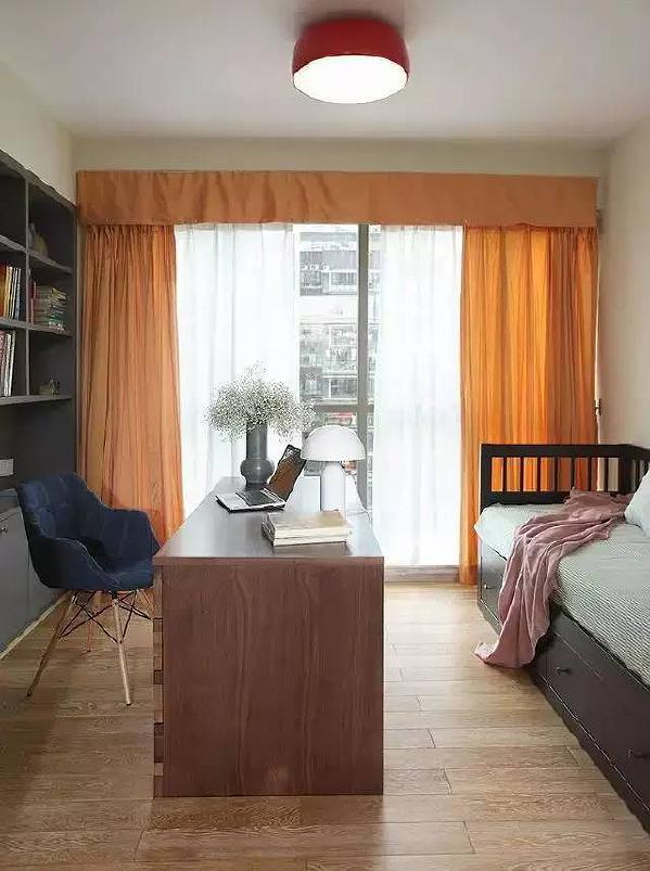 客厅边上是多功能房,可以书房兼客房用。小床是坐卧两用床,很实用 。