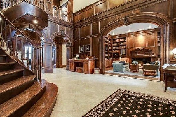 总的来说,美式风格别墅的种种设计都是为了营造一个更为舒适、自在而又随意的家居生活环境。从其外观上来看,充满了华贵与沉稳,而在其细节之处,却处处彰显了美式别墅的舒适。