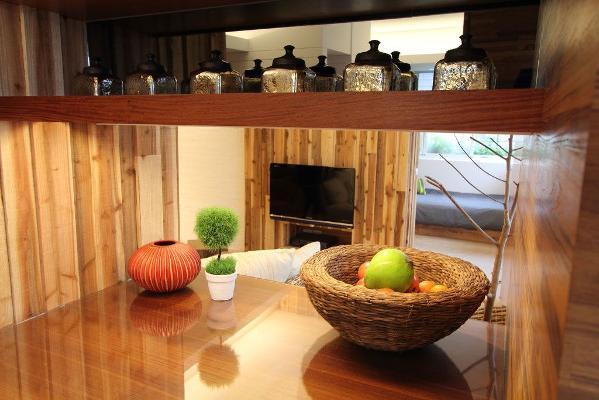 在居家空间中搭配上粉色为主的布艺制品,在茶几餐桌上放置上鲜艳的鲜花,不仅能够展现家居的温馨与自然,还能够营造出唯美自然的居家氛围。