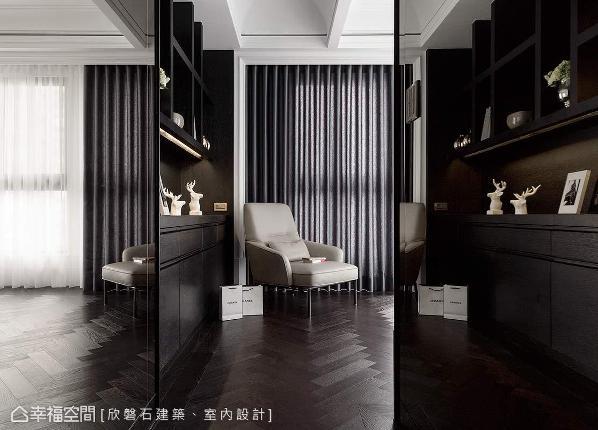主卧走道至窗边的长墙配置衣柜与展示架;嵌茶镜的柜门可右移到房内当穿衣镜,同时也避免镜对床的情况。