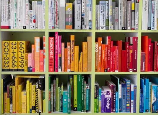 彩虹桥 如果有各种五颜六色的书籍, 强迫症患者大概会组成如下图的书架……看到哪本放错了位置就会抓狂,不过讲真,这么干真的很漂亮,就是维持起来大概不容易。