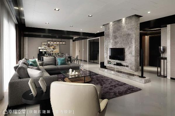 电视悬墙的设计,结合了动线规划及脉络的铺陈,划分出廊道与客餐厅的双动线,让社交与起居机能更完整。