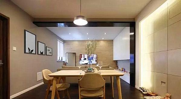 ▲ 餐厅和客厅之间借助天然梁体装饰之后作为空间分隔,电视背景采用地板上墙