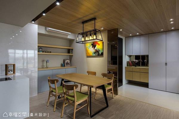 内部场域中,特别强调氛围营造,采用白橡木作为天花板质材,并搭配带有北欧感的家具,为整体的空间加温。