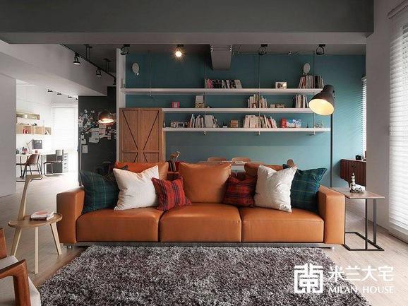 主人收藏的现代家私传递出个人的风格品味,优雅的浅蓝色调细腻衬托木质与皮革沙发的缤纷暖度。