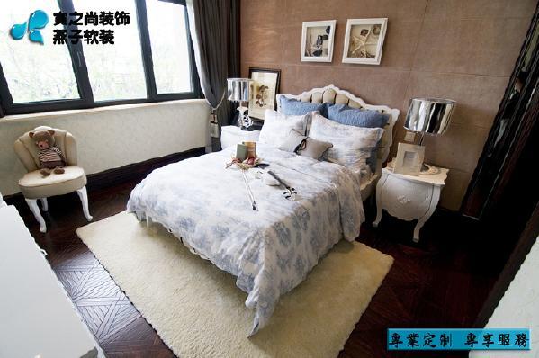 浅棕色的硬包床背景、蓝白色床品、米色地毯的搭配,让整个空间更显清新柔美,床头挂画充满了童趣,米色地毯也为孩子玩耍提供了方便。