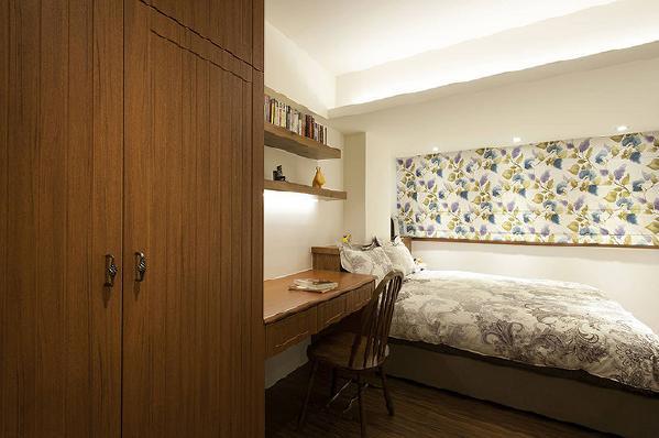 床头处的柱体透过床头柜修饰美化,加上假梁与间照修整出完美比例。