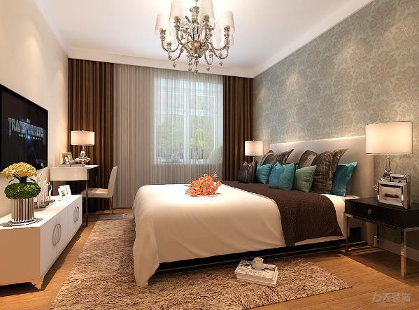 主卧简单大气床头背景铺上蓝灰色花纹壁纸,整体空间色调沉稳,有助睡眠。