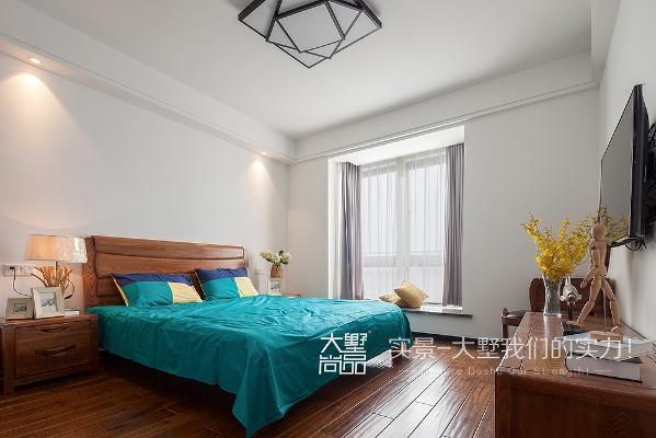 主卧室没有做过多的造型,木制家具回归自然,营造了简单清新的休息空间。