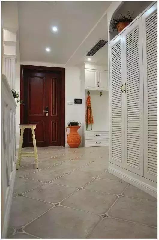 因为房型限制,玄关没有做任何遮挡,打造通透的视野和光感。