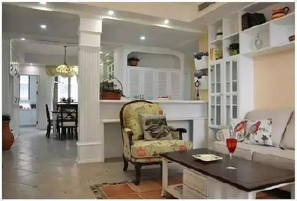 柱子和半高的墙壁将客厅单独划分出来,不封闭的设计让客厅显得开阔、通透。