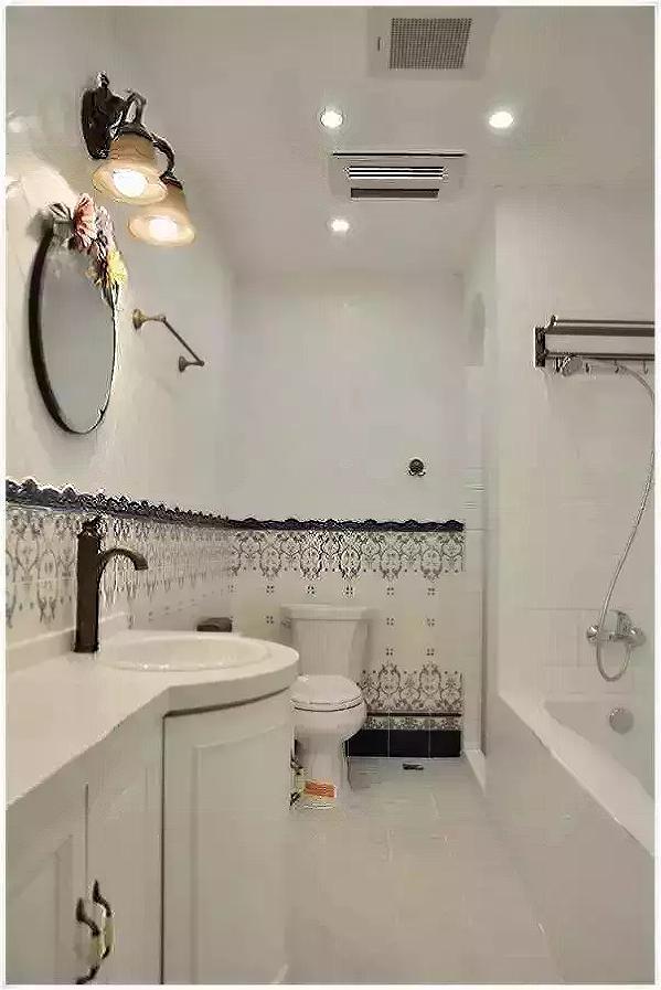 窄长的卫生间不仅做了干湿分离,更是放下了一个大浴缸,复古的水龙头和毛巾  架让卫生间散发着雅致的格调。
