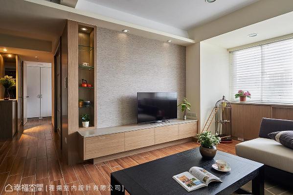 运用结构柱体深度安排悬浮式机柜创造轻盈感,并在墙侧利用后方和室衣柜深度规划表示层架,让屋主收藏丰盈立面视野。