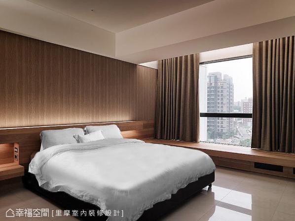 在主卧房内,为屋主砌出木质馨香的卧眠氛围,其原木的调性让空间温润舒适。