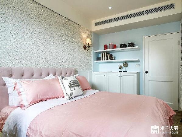 酝酿空间的浪漫神采,床头主墙以小碎花壁纸衬托出幸福感的乡村况味。