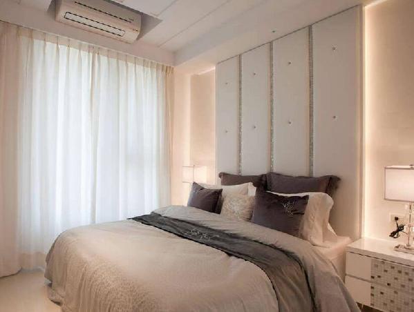 绷皮拉扣床头佐以马赛克饰条,以细致手法刻划出主卧房的精致度。