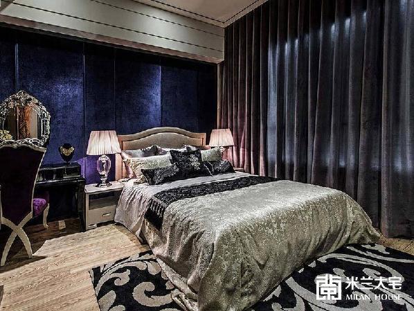宝蓝绒质床头造型加上威尼斯镜,为小空间注入贵气奢华氛围。