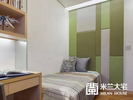 几何、鲜明的色块拼接,让小孩房的床头设计增添活泼的,设计师并于上方构置流明天花,让柔和灯光晕满全室的温暖。