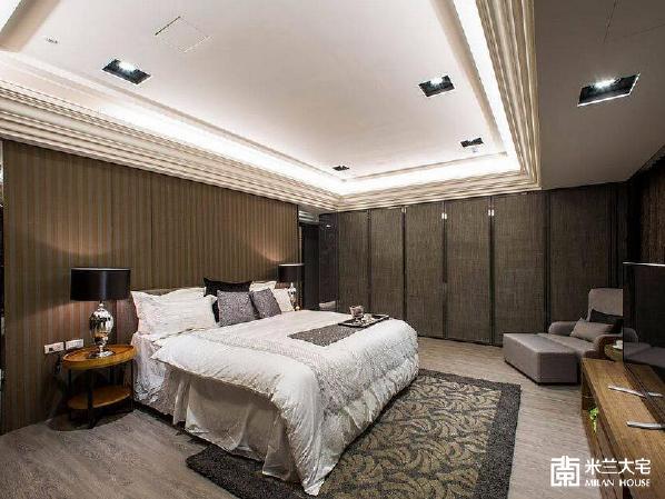 利用增设的床头主墙,区隔出后方的精品更衣室,使卧房功能更加周全。