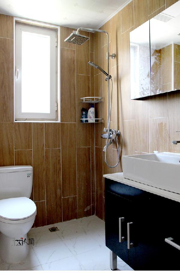接近自然质感的仿木纹墙砖,以错铺的形式装饰卫生间墙面,干净利落。