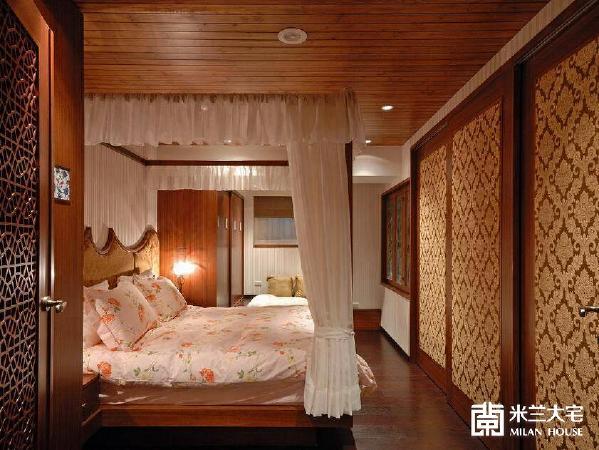 选用经典的四柱床,营造欧式庄园般的优雅逸趣,改以绷布延续门片同样的图腾意象语汇,隐藏式的梳妆台设计,让空间更显俐落简洁。
