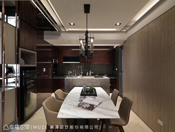 改以开放式规划的餐厨区藉由中岛吧台区分空间属性,从立面延伸至天花的镜面亦放大空间。