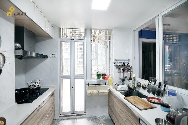 厨房除了考虑储物同事,也肩负了客厅采光的责任,所以设计了一面大的推拉窗,保证了客厅采光的同时,也增加了与小朋友谈天及玩耍的趣味性。