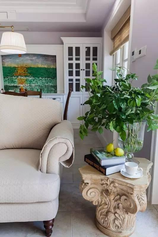 罗马柱柱头打造的茶几,让沙发边的小角落也很精致,鲜嫩的绿植给客厅带来生  机勃勃的感觉。
