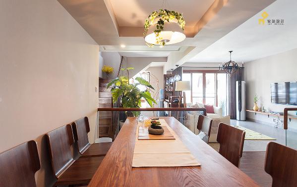 简单的木质桌椅,缠绕植物的灯,让就餐变的简单舒适。食物是餐厅最好的主角。