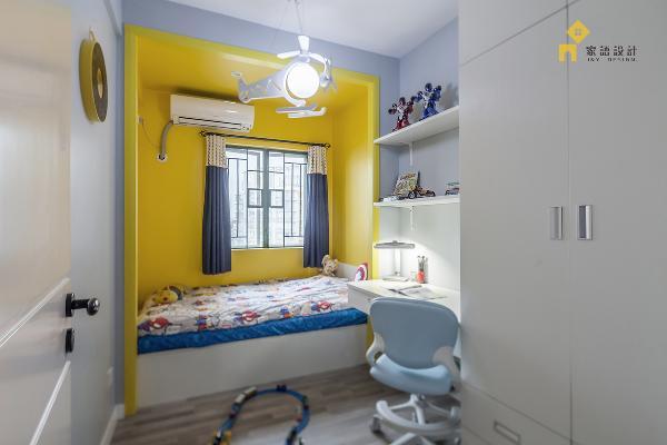"""每个小孩都想有属于他自己的一个小天地,在小孩房里分了两个区域(休息区及学习区),豆宝说他喜欢黄色,所以我为他设计一个""""暖暖的盒子床""""。"""