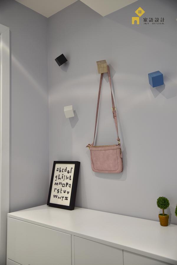独立的玄关让空间有个很好的过渡空间,装饰镜除了解决掉日常容装,还很好利用镜子反射,放大了空间,错落有序的挂件添加生活的趣味性。