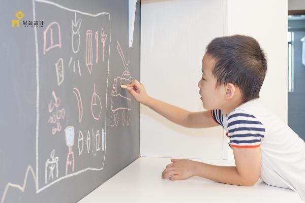 客厅空间,开放书桌区,休闲区是连为一体的。除了满足了豆宝爸妈宅家工作的需求,还满足了豆宝可以涂鸦。