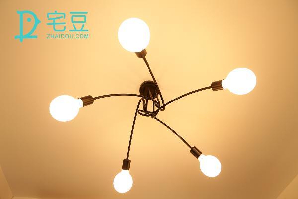 吊灯的作用非常重要,不仅在造型上有强烈的吸睛感,更在光线的温度上影响着房间的冷暖。这款美式复古吊灯由德国大师设计,迎合现代家居的选择,十分简约大方。