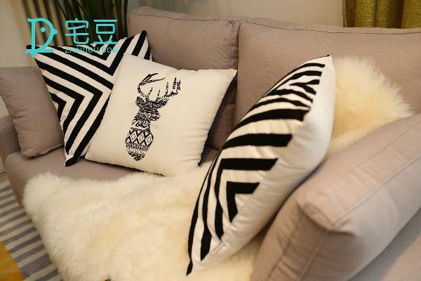 条纹、动物图案抱枕延伸着视觉,增添了俏皮。沙发上随意放置的毛毯材质为纯天然的新西兰羊毛,随性的裁剪透露了自然的美好又不失设计感,实用性方面垫背盖腿做地毯,都是不错的选择。