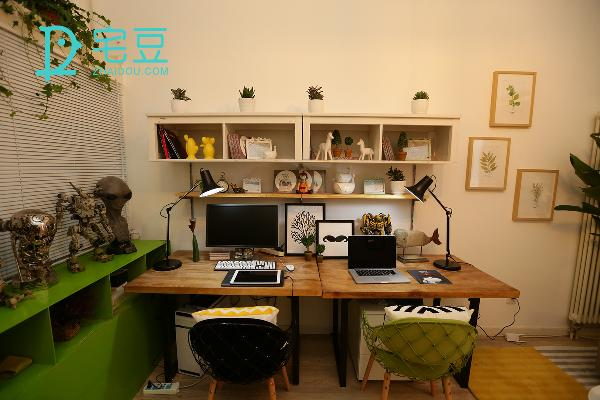 对称了一个同样的桌子,并用小摆饰填充了上方的置物柜,桌上新置的北欧台灯简约大气,并且是节能装置,柔和气氛的同时还不会伤眼。