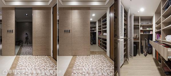 摆脱制式的柜体收纳,周建志设计师于玄关规划一处收纳间,放置外出衣物、鞋履以及大型对象,并安排穿衣镜于立面处,方便外出时整理仪容。