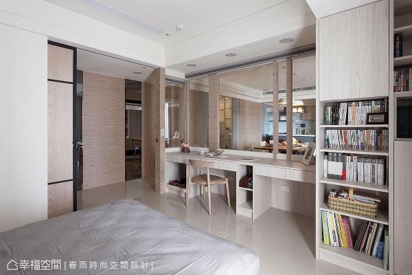 书房以大面玻璃为隔间,并加装风琴帘维系隐私性;内部除了基本的书桌、书柜机能,还配有电动掀床,让此处能随需求化为客房使用。