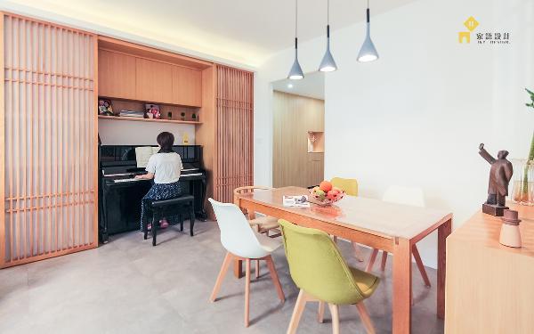 把餐边柜设计成格栅推拉门,可收纳钢琴,也可遮挡杂物。与过道之间的格栅屏风,呼应整体风格之余也让空间动静分区更明显。