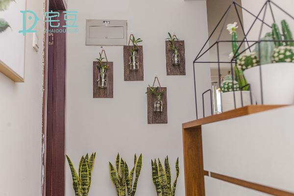客厅与卧室的交接处利用绿植进行了打造,提高空间情趣。