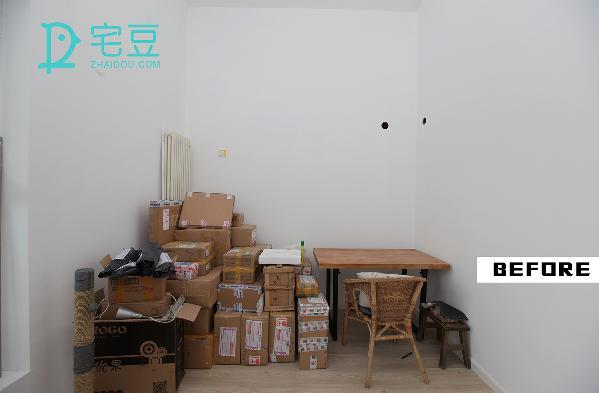 窗户旁边的墙面适合放置桌子,打造出工作台,面积正好放两张小长桌,让有限的空间浓缩成氛围十足的工作环境。