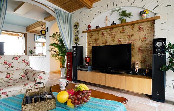 客厅:整个色调上选择了大花纹的壁纸搭配 经典不过时 桑拿木铺衬的房顶非常田园的同时也在视觉上给人以延伸