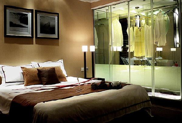 主卧:暖色的卧室,配以明亮的板式衣柜,直接表达出业主对生活的品味