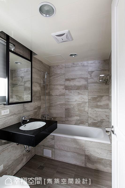 壁面特别利用悬空镜的设计方式,巧妙遮掩后方的窗户位子,让空间引入些许光源,又能满足机能使用。