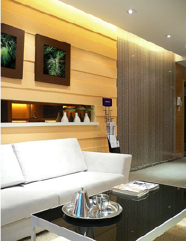 客厅:整个色调以暖色为主,配以珠帘,镜面,低调而又透着整体空间的品味