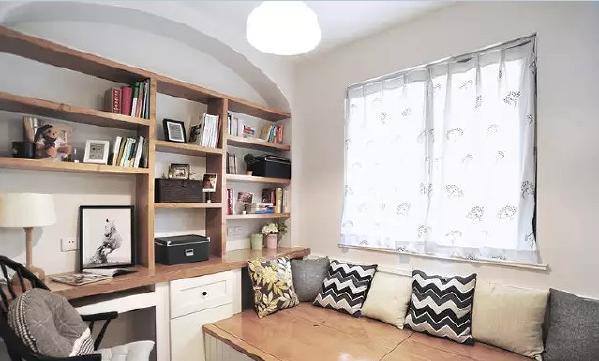 书房也运用了拱形设计,定制的整体书架看起来灵活、有趣。飘窗榻榻米可以随  时躺在上面看看书,还可以充当临时客房哦~